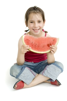 Klein meisje eet watermeloen geïsoleerd