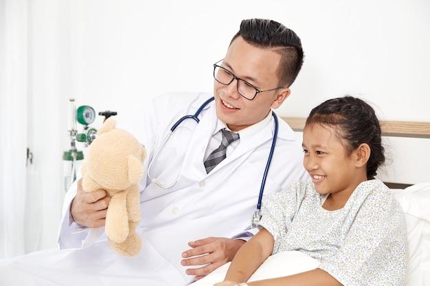 Klein meisje en arts in het ziekenhuis