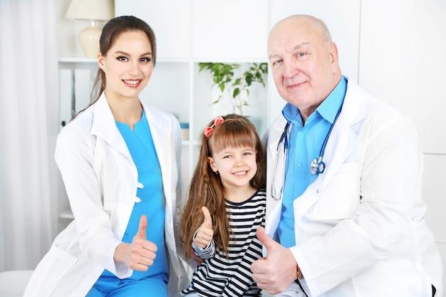 Klein meisje en artsen in het ziekenhuis