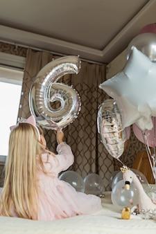 Klein meisje en ballonnen
