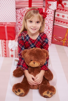 Klein meisje en haar teddybeer