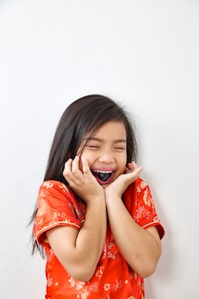 Klein meisje eten zwarte druif