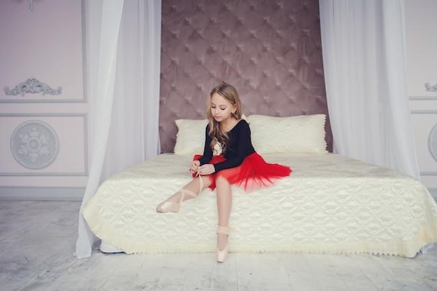 Klein meisje gekleed als een ballerina in een tutu