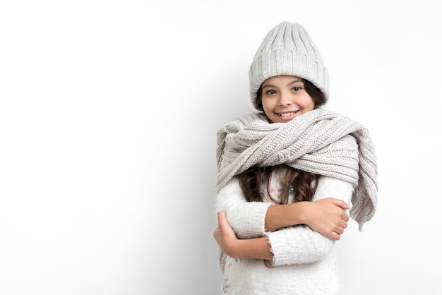 Klein meisje gekleed in seizoensgebonden kleding