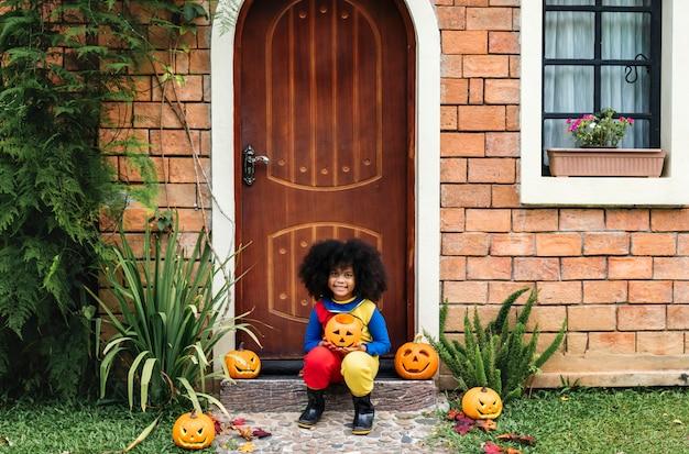 Klein meisje gekleed voor halloween