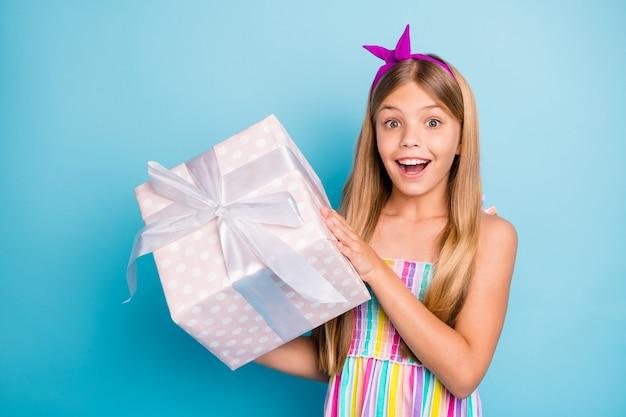 Klein meisje geniet van verjaardagsfeestje houd grote geschenkdoos vast