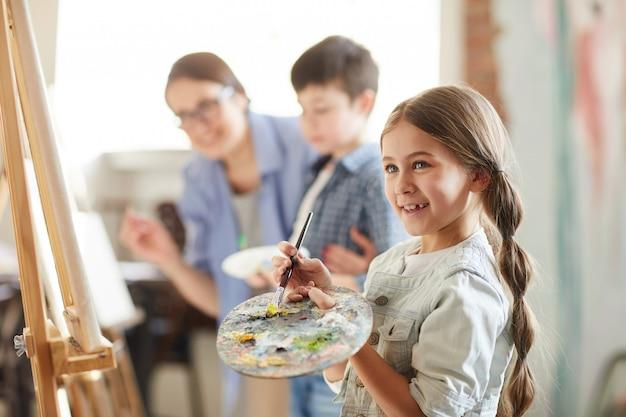 Klein meisje genieten van schilderen