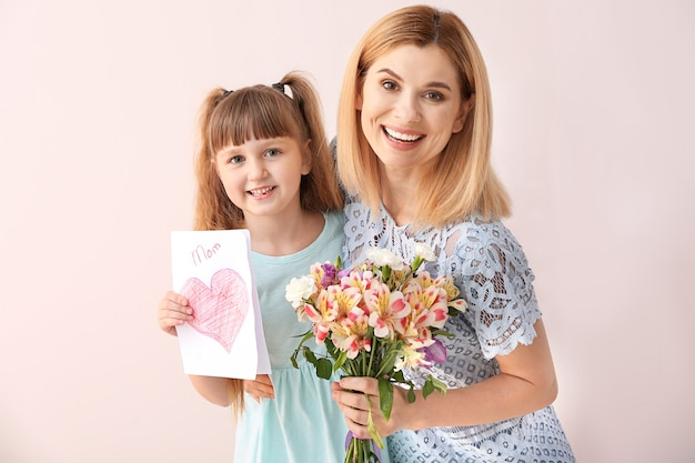 Klein meisje groet haar moeder. gelukkige moederdag