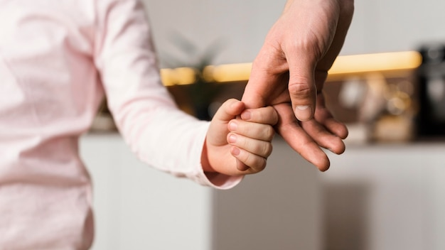 Klein meisje hand in hand met vader