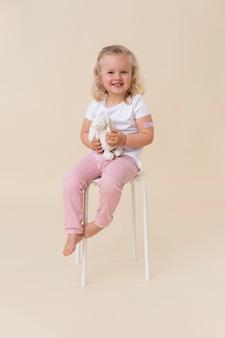 Klein meisje houdt speelgoed vast nadat ze een vaccin heeft gekregen