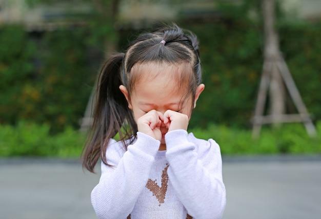 Klein meisje huilen in park