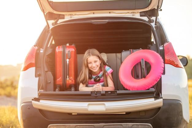 Klein meisje in de auto
