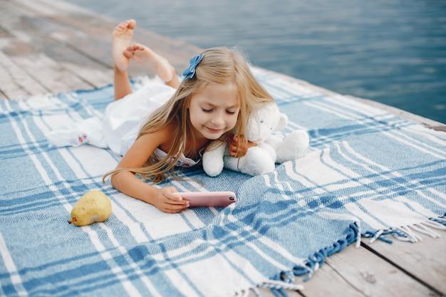Klein meisje in de buurt van lake