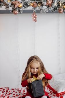 Klein meisje in de studio