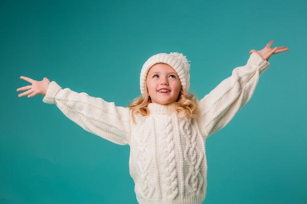 Klein meisje in de winter gebreide muts en trui