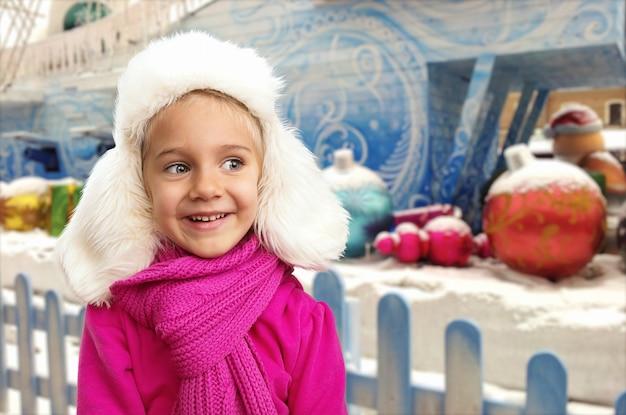 Klein meisje in de winterbinnenland