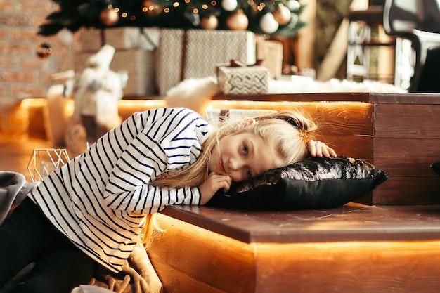 Klein meisje in de woonkamer op kerstavond.