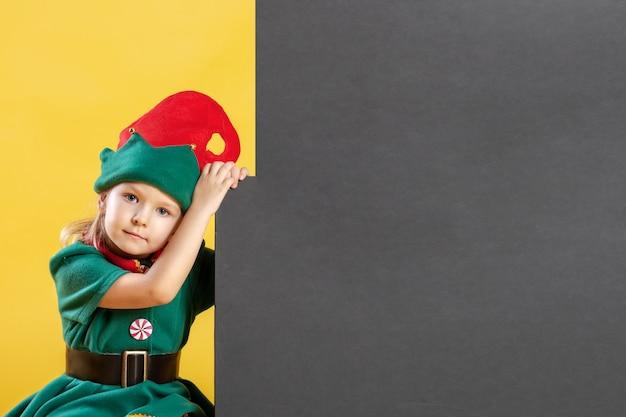 Klein meisje in een elfkostuum.