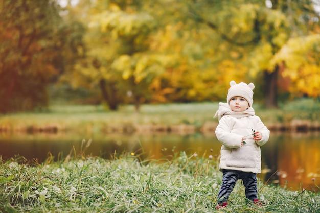Klein meisje in een herfst park