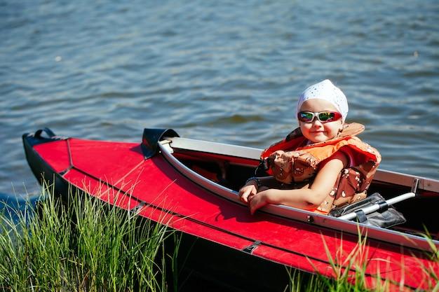 Klein meisje in een kajak. vakantie met het gezin.