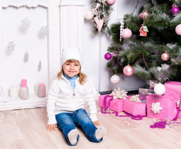 Klein meisje in een kerstdag