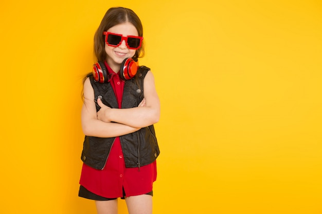 Klein meisje in een koptelefoon