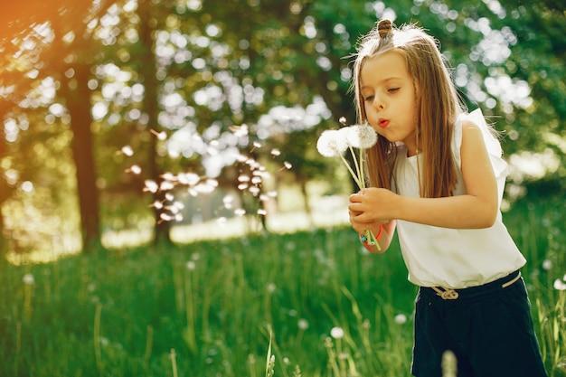 Klein meisje in een park