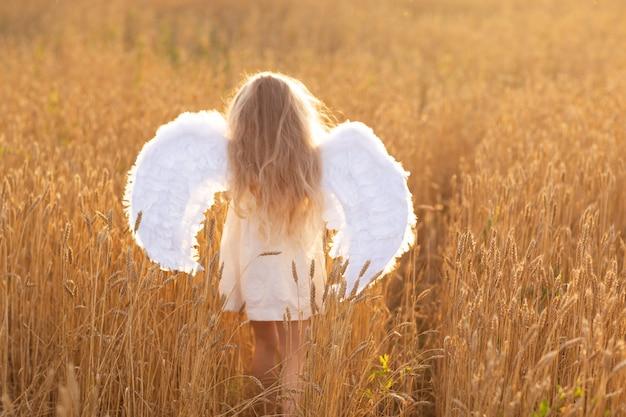 Klein meisje in een tarweveld