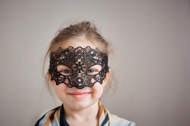 Klein meisje in een vintage visnet masker