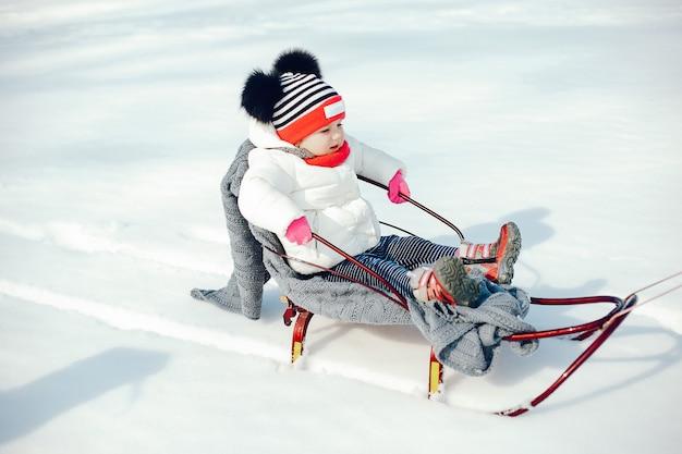 Klein meisje in een winter park
