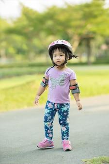 Klein meisje in fietskleding klaar om te leren paardrijden loopfiets in het park