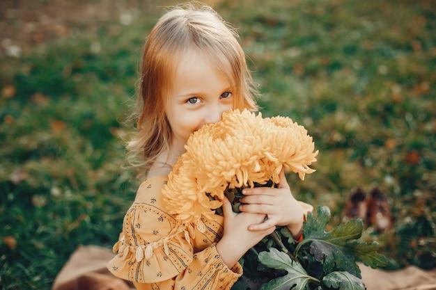 Klein meisje in herfst park