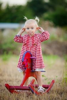 Klein meisje in het dorp voor een wandeling in de zomer