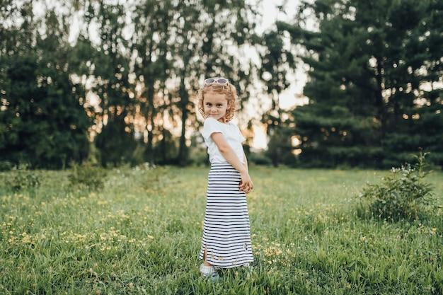Klein meisje in jurk shows buitenshuis