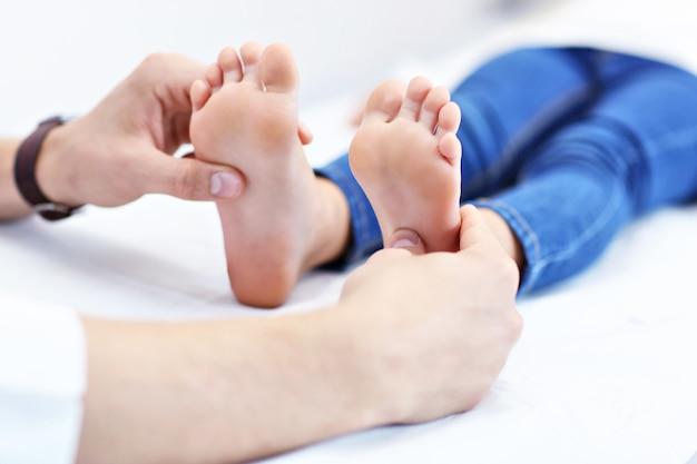 Klein meisje in kliniek wordt onderzocht door orthopedist