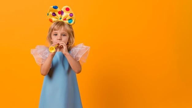Klein meisje in kostuum met exemplaarruimte