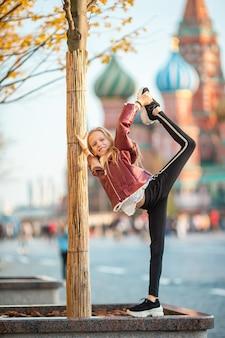 Klein meisje in moskou op het rode plein