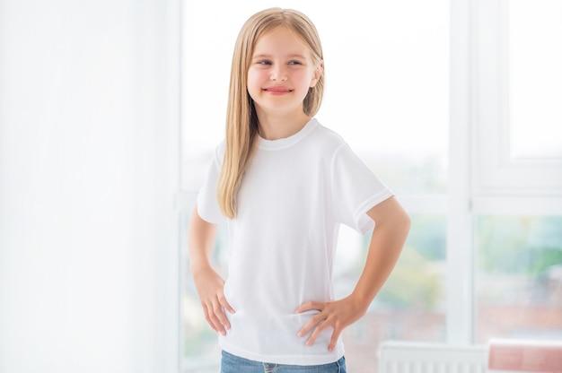 Klein meisje in nieuwe witte kleren