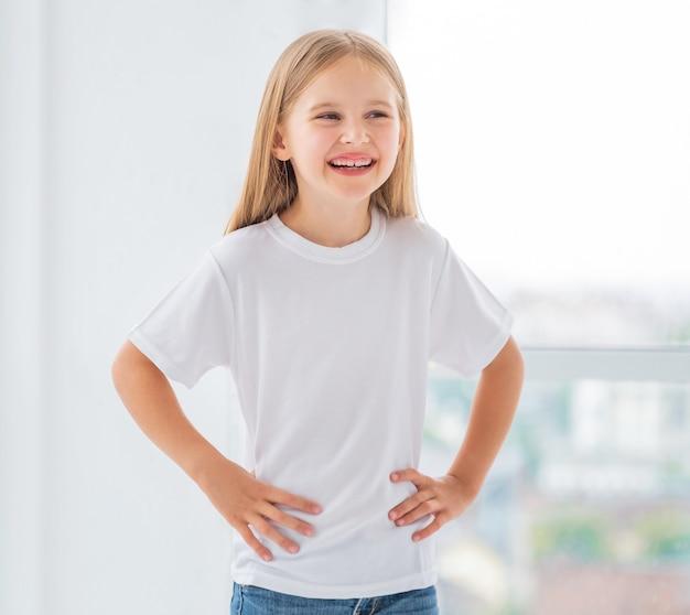 Klein meisje in nieuwe witte t-shirt