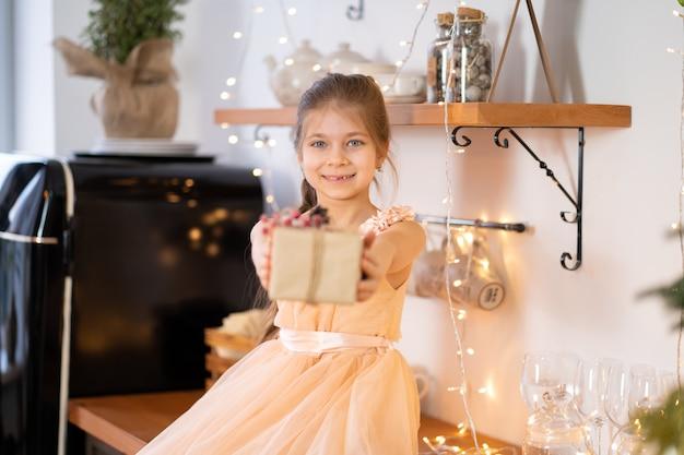 Klein meisje in prinsessenjurk viert kerstmis