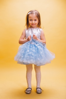 Klein meisje in schattige jurk