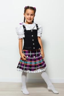 Klein meisje in traditionele duitse kleding, klein meisje in een beiers kostuum