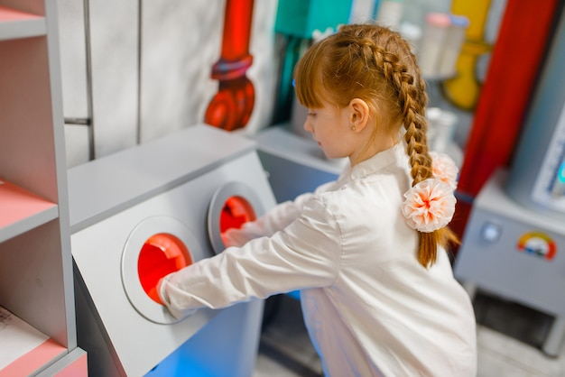 Klein meisje in uniform spelen arts in laboratorium