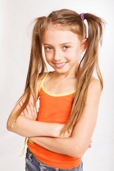 Klein meisje in vrijetijdskleding