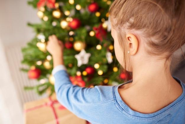 Klein meisje kerstboom versieren