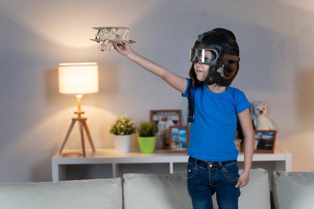 Klein meisje kind kind speelt in een helm en een bril