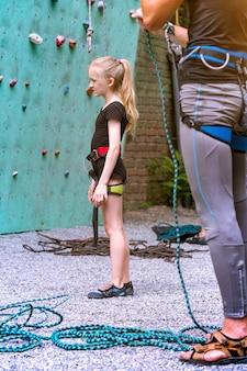 Klein meisje klimt de muur op