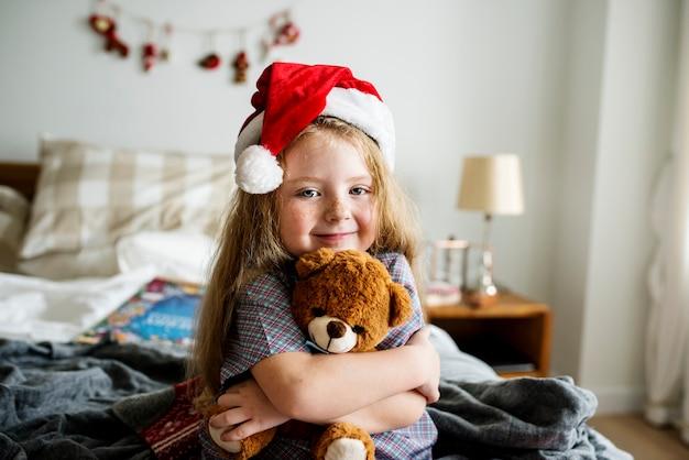 Klein meisje knuffelt een speelgoedbeer