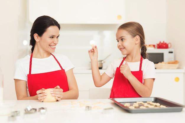 Klein meisje laat moeder zien hoe goed ze het deed.