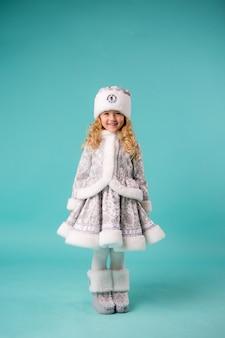 Klein meisje lachend in sneeuw maiden kostuum